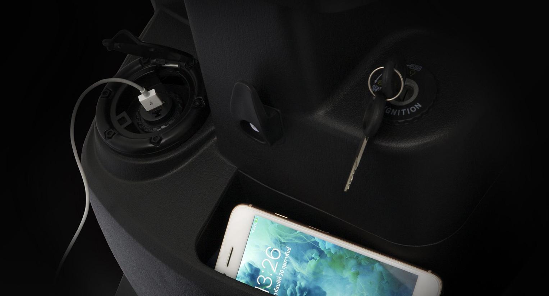 พอร์ท USB อเนกประสงค์ สำหรับชาร์จโทรศัพท์ พร้อมด้วยช่องเก็บของอเนกประสงค์ สามารถใส่สัมภาระได้ตามใจชอบ พกพาได้สะดวก พร้อมเดินทางไปทุกที่